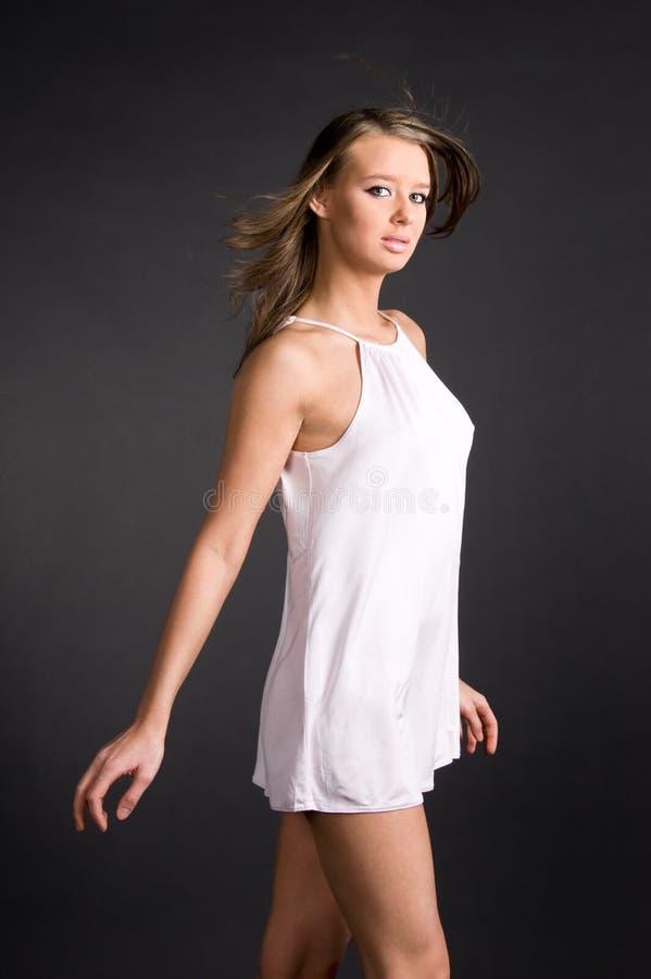 衬衣亭亭玉立的白人妇女年轻人 库存图片