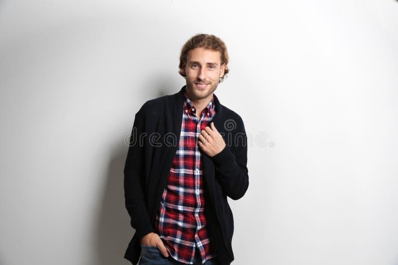 衬衣和温暖的毛线衣的英俊的年轻人 免版税图库摄影