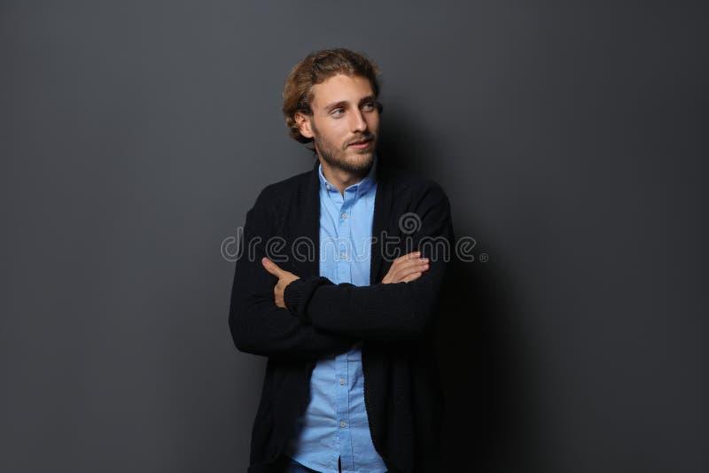 衬衣和温暖的毛线衣的英俊的年轻人 图库摄影