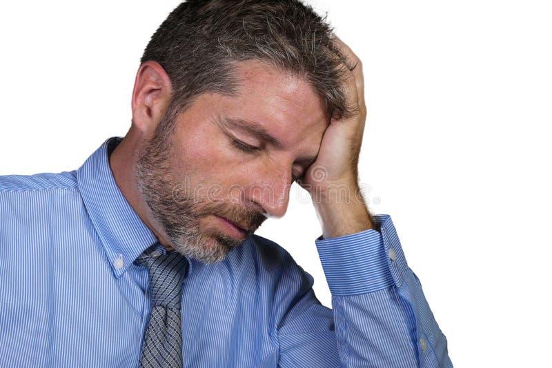 衬衣和领带痛苦感觉消沉的问题的人疲乏和淹没隔绝在白色背景在公司中 免版税库存图片