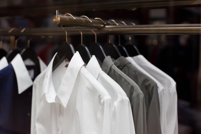 衬衣待售在商店 免版税库存照片