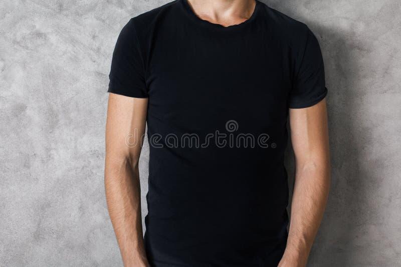 黑衬衣特写镜头的人 免版税库存照片