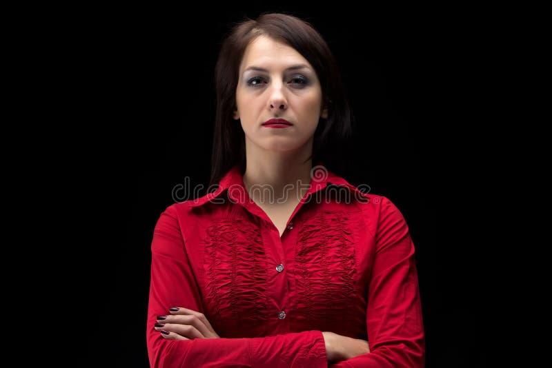 衬衣的图象严肃的妇女有横渡的胳膊的 库存图片