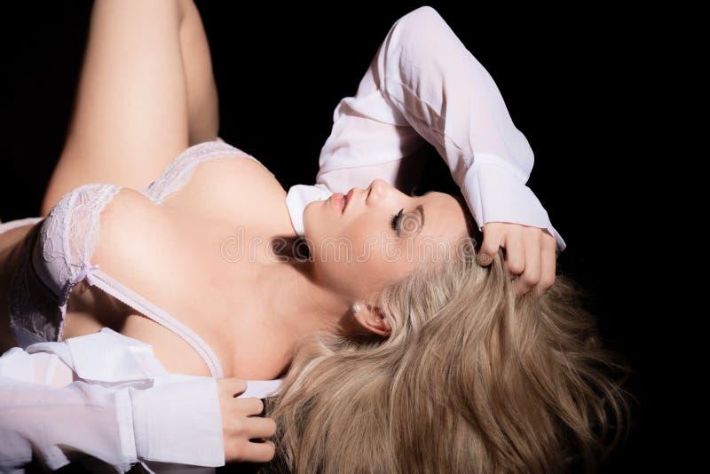 衬衣的放置在她的妇女和胸罩  库存照片