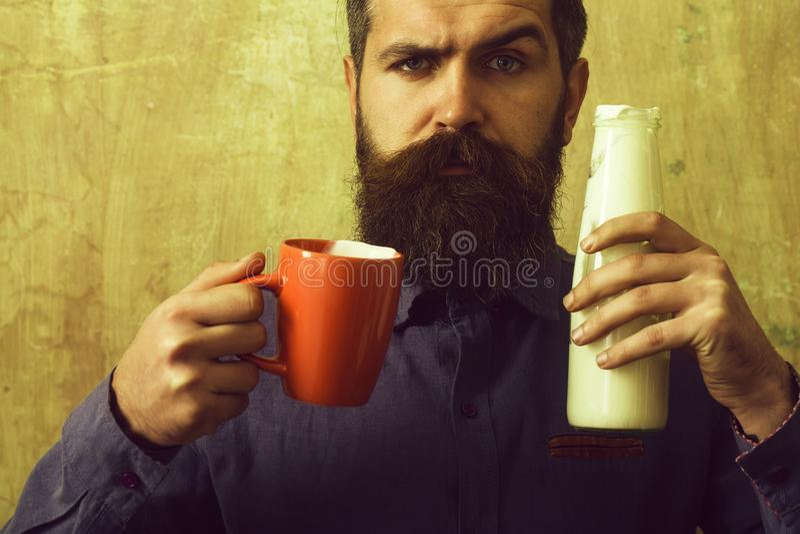 衬衣的行家用酸奶和杯子 免版税库存图片