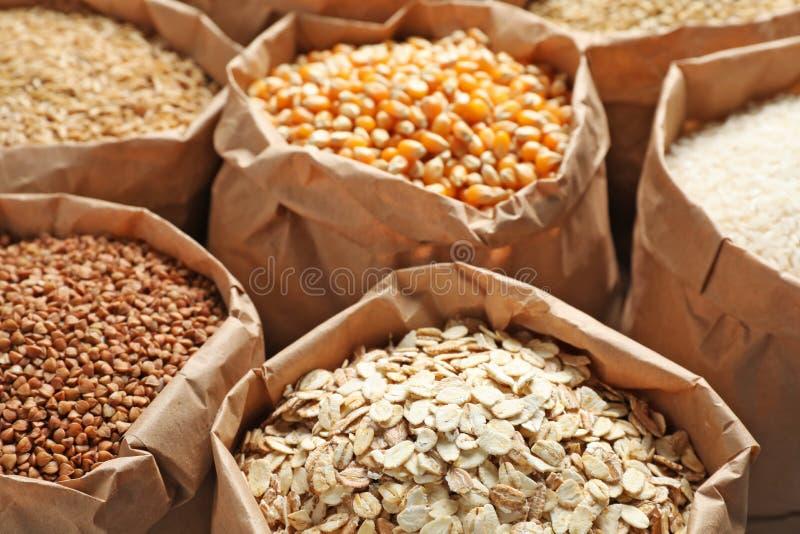 袋子不同的谷粒, 免版税库存图片
