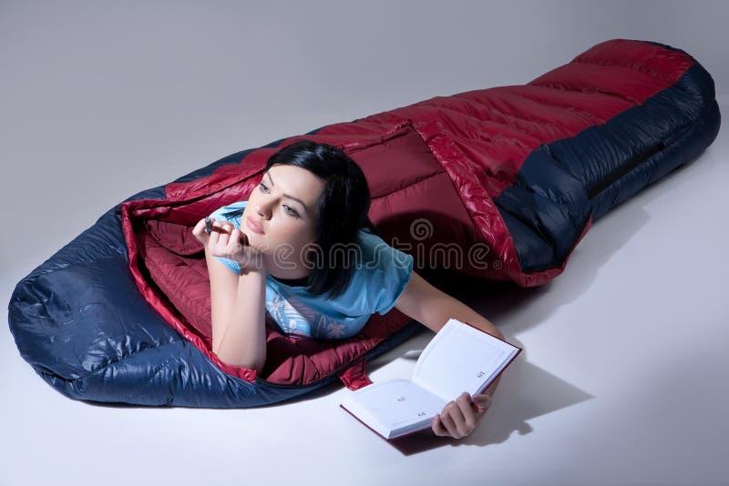 袋子休眠的妇女 库存照片