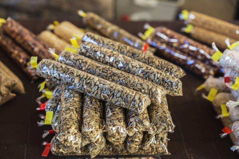 袋子在一旧货市场的向日葵种子在西班牙 免版税库存照片