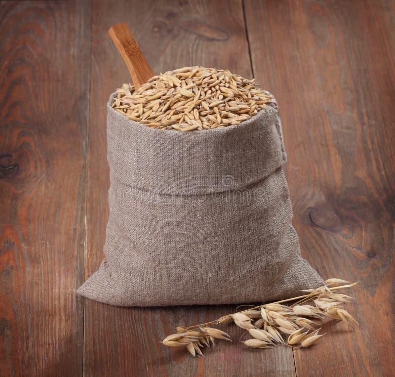 袋子在委员会的燕麦 免版税图库摄影