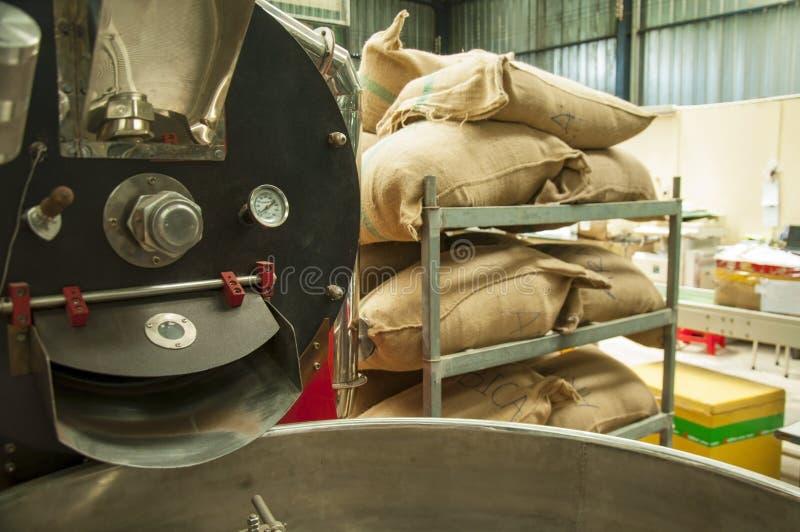袋子在机架的仓库里 咖啡阿拉伯咖啡,米 免版税库存照片