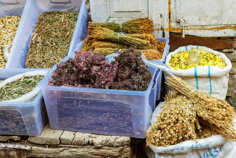 袋子干清凉茶待售在城市本机市场上 Lahic 阿塞拜疆 免版税库存图片