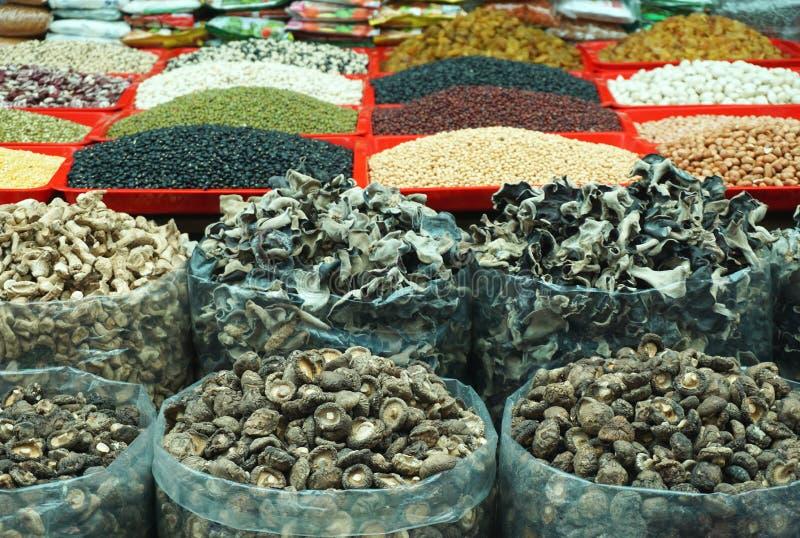 袋子干蘑菇、干豆和五谷在一个室外市场上在农村亚洲东南部 免版税库存照片