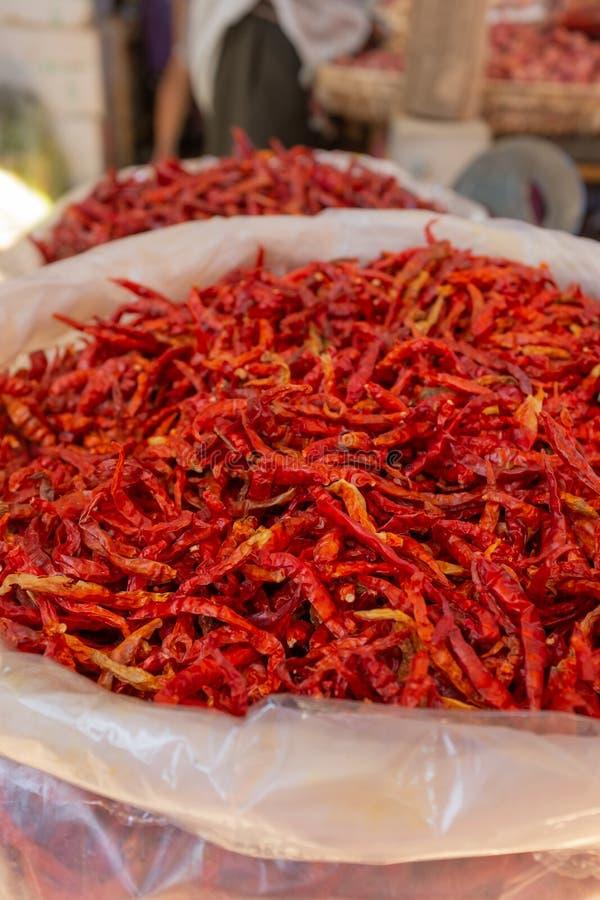 袋子明亮的红色干chillis待售在一个亚洲食物市场上 免版税库存图片