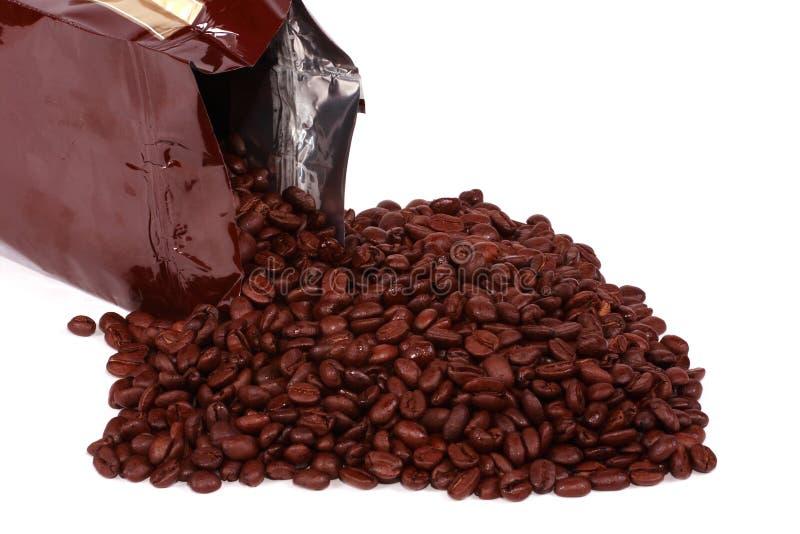 袋子溢出的豆咖啡 免版税库存照片