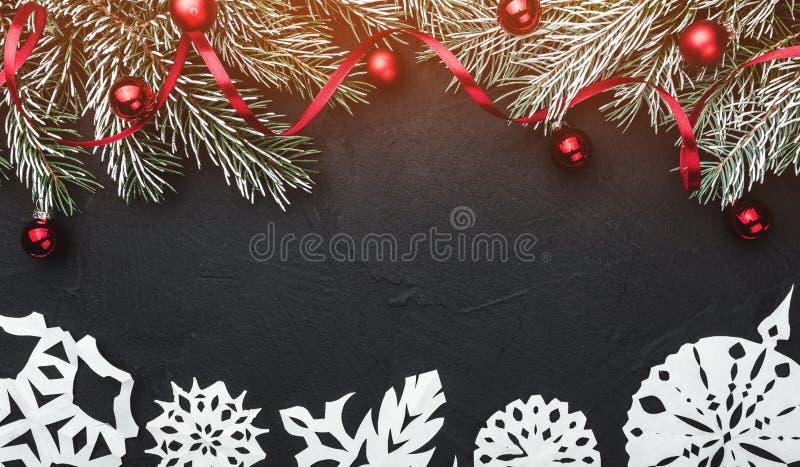 袋子看板卡圣诞节霜klaus ・圣诞老人天空 在黑石背景 冷杉分支用球和红色松驰装饰了 顶视图 免版税库存照片