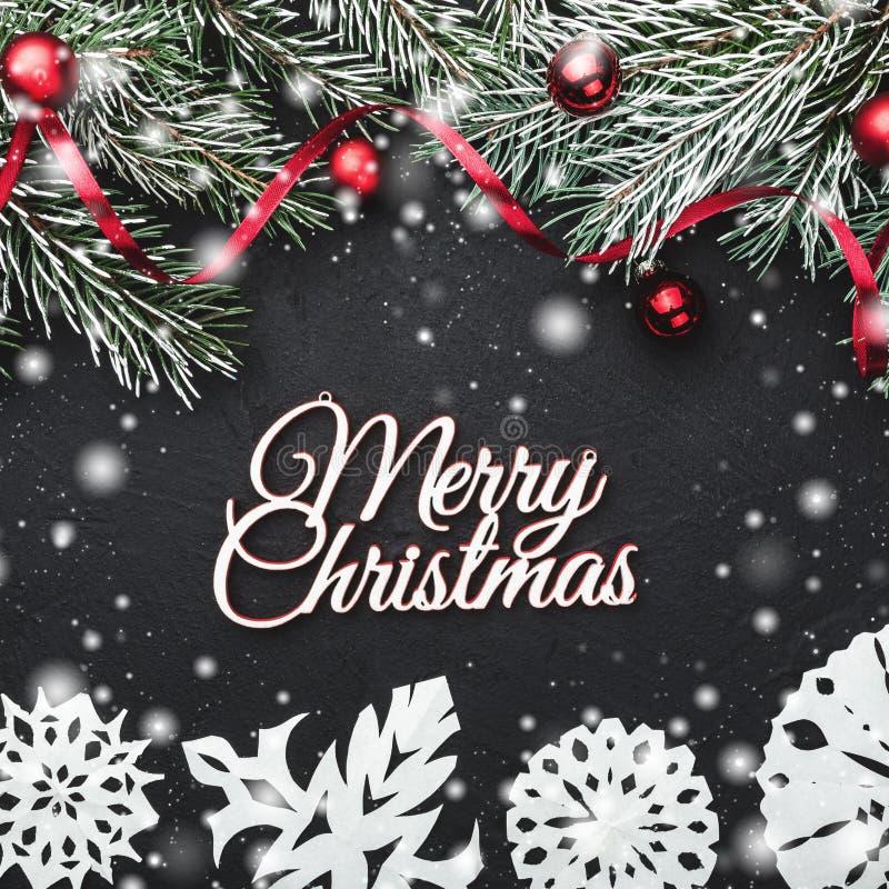 袋子看板卡圣诞节霜klaus ・圣诞老人天空 在黑石背景 冷杉分支用球和红色松驰装饰了 顶视图 库存图片