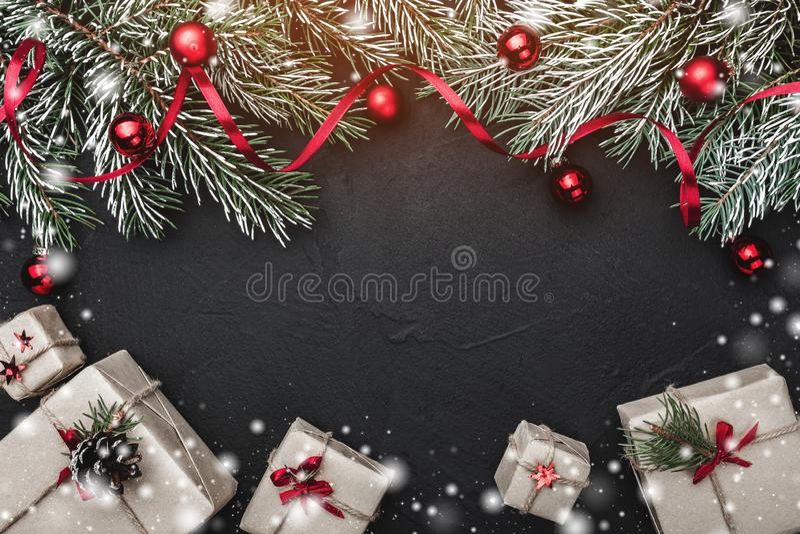 袋子看板卡圣诞节霜klaus ・圣诞老人天空 在黑石背景 冷杉分支用球和红色松驰装饰了 免版税库存照片