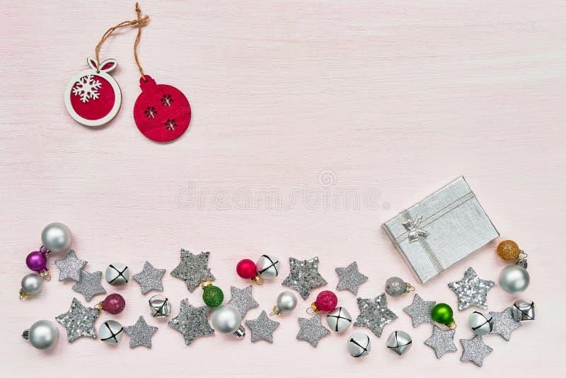 袋子看板卡圣诞节霜klaus ・圣诞老人天空 礼物盒和五颜六色的圣诞节装饰在pi 免版税库存照片