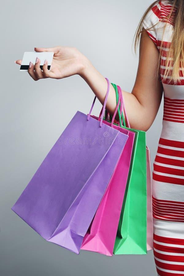 袋子看板卡赊帐购物妇女 免版税库存图片