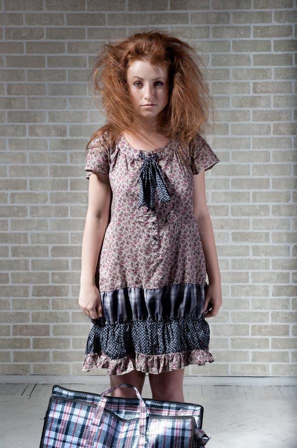 袋子红发购物疲乏的妇女 免版税库存图片