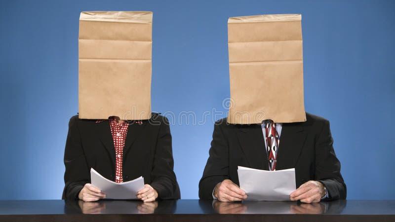 袋子蒙蔽的新闻广播员。 库存图片