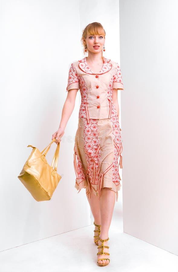 袋子负担美丽的妇女年轻人 免版税图库摄影