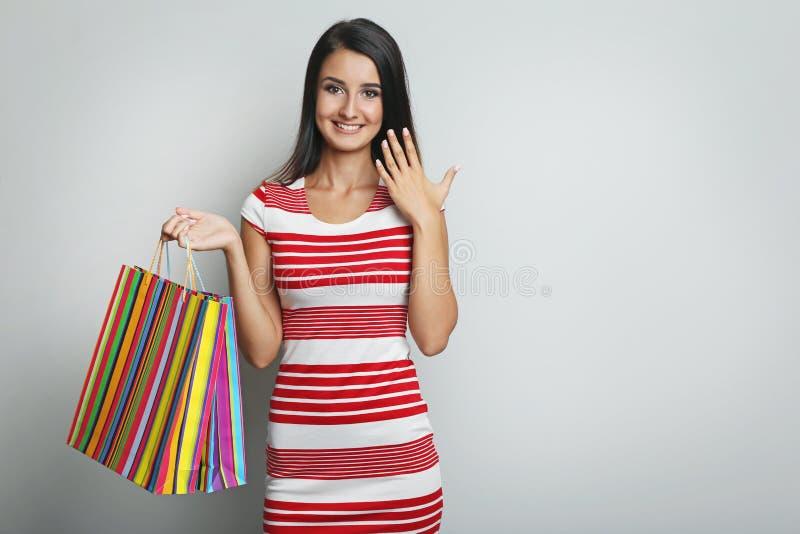 袋子购物的妇女年轻人 免版税图库摄影