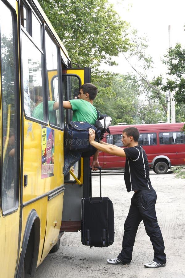 袋子驱动器帮助他们的乘客 库存图片