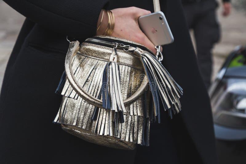 袋子细节在古驰时装表演大厦之外的米兰妇女的塑造星期 免版税库存图片