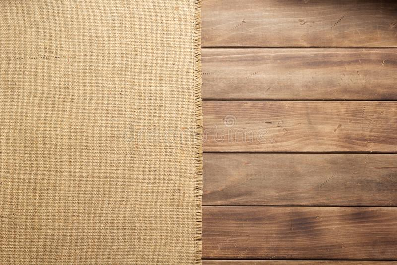 袋装在木背景桌上的粗麻布粗麻布 免版税图库摄影