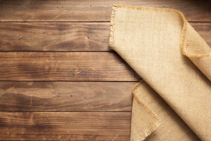 袋装在木背景桌上的粗麻布粗麻布 库存图片