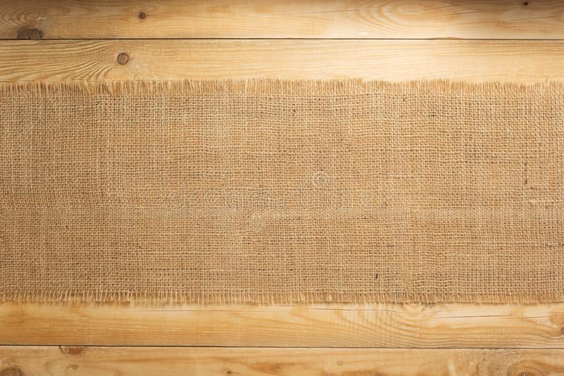 袋装在木背景的粗麻布粗麻布 库存照片