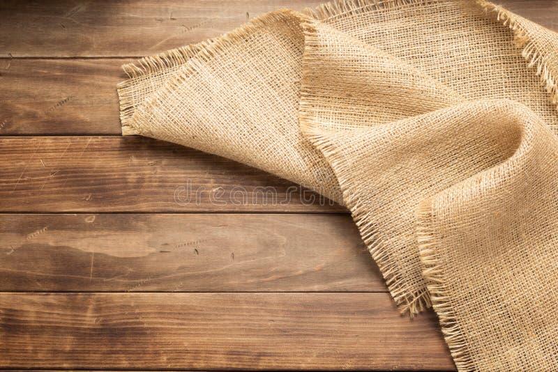 袋装在木背景的粗麻布粗麻布 图库摄影