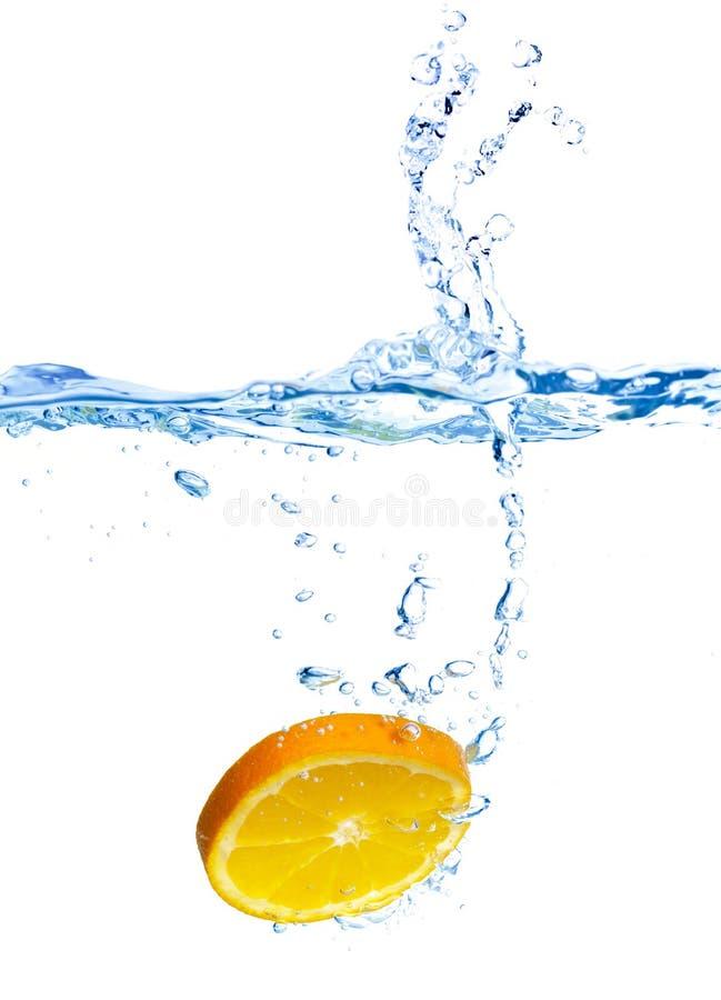 被丢弃的新鲜的橙色飞溅水 库存照片