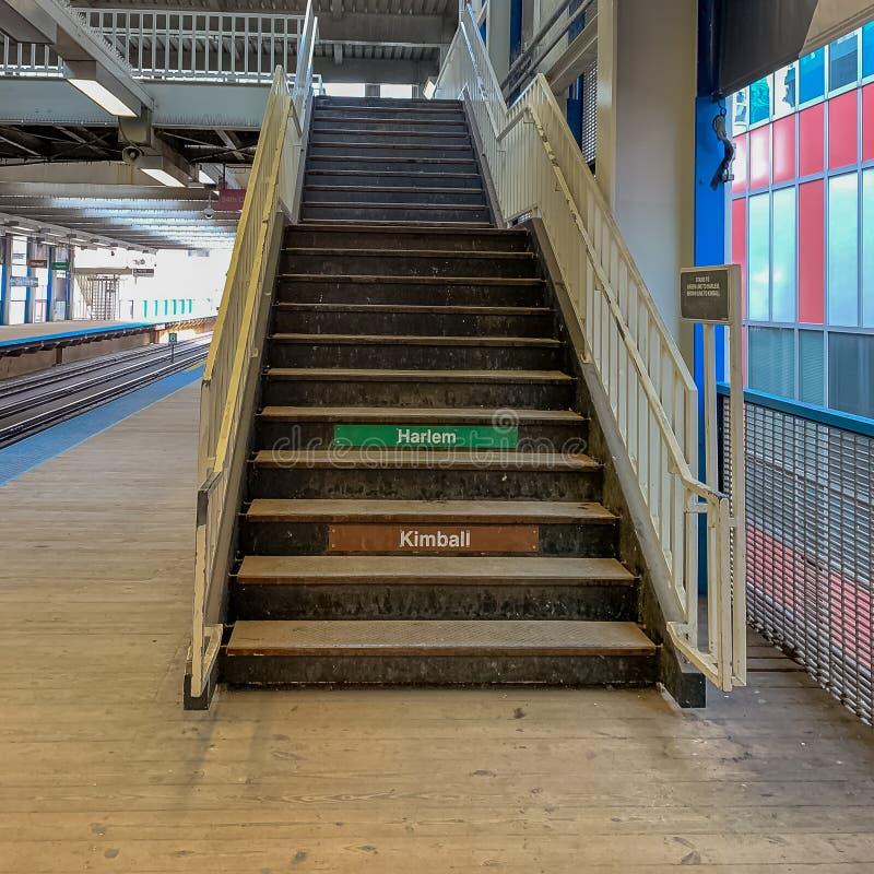 被举起的'el'火车站/导致天桥的平台和台阶在克拉克/湖中止f 库存照片