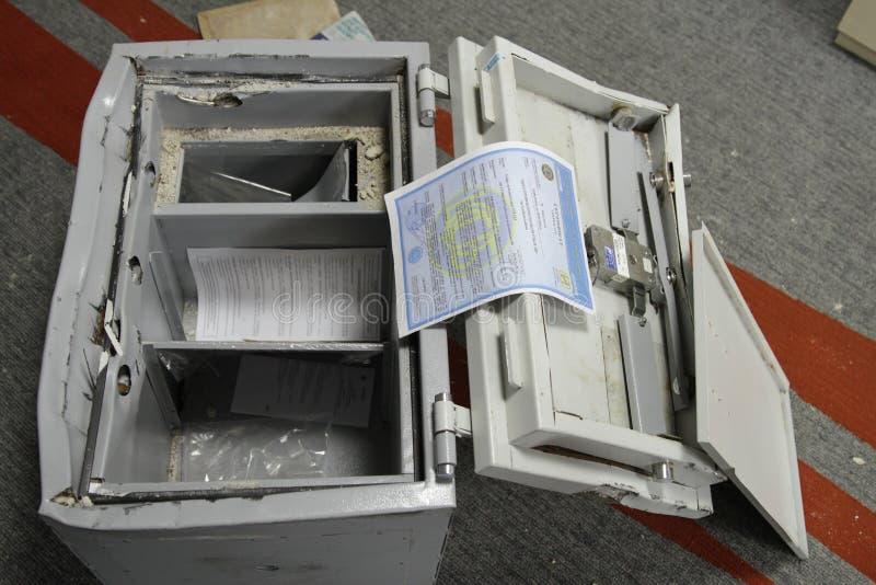 被乱砍的保险柜在其中一个在特种部队战士期间查寻的商业中心办公室中在基辅,乌克兰 图库摄影