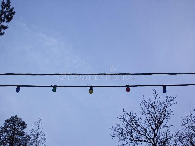 被交换的多彩多姿的电灯泡的诗歌选反对多云天空的 库存图片