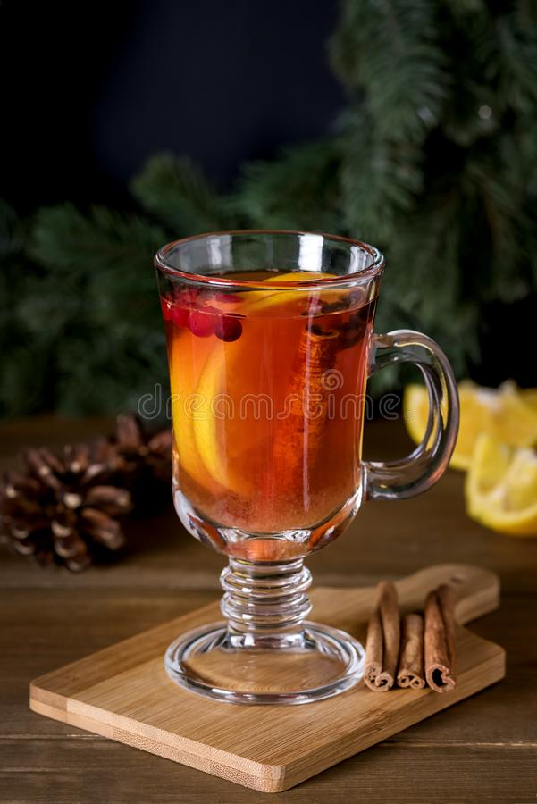 被仔细考虑的萍果汁用加的香料和柑橘可口和温暖的热的饮料冬天圣诞节假日喝垂直 库存照片