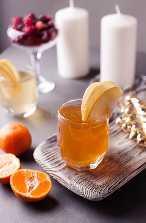 被仔细考虑的萍果汁用加的香料和柑橘 一份可口和温暖的热的饮料完善在秋天和冬天晚上 库存图片