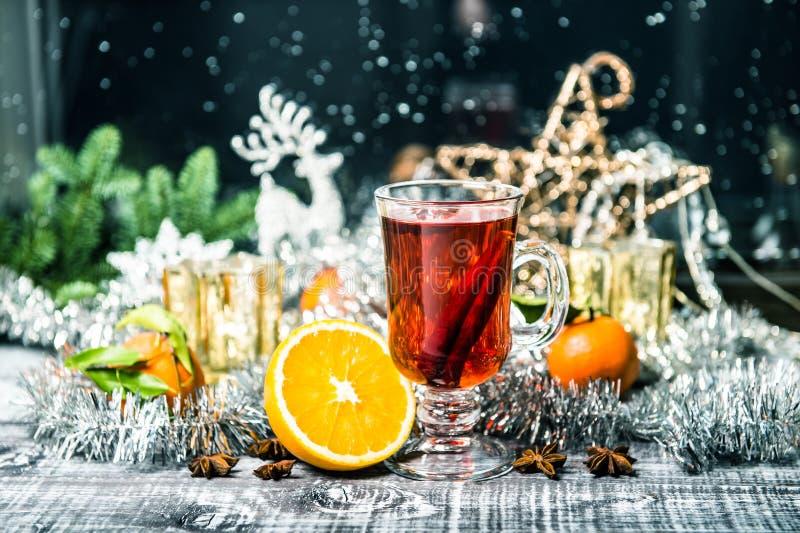 被仔细考虑的酒窗口装饰圣诞节装饰葡萄酒 库存图片