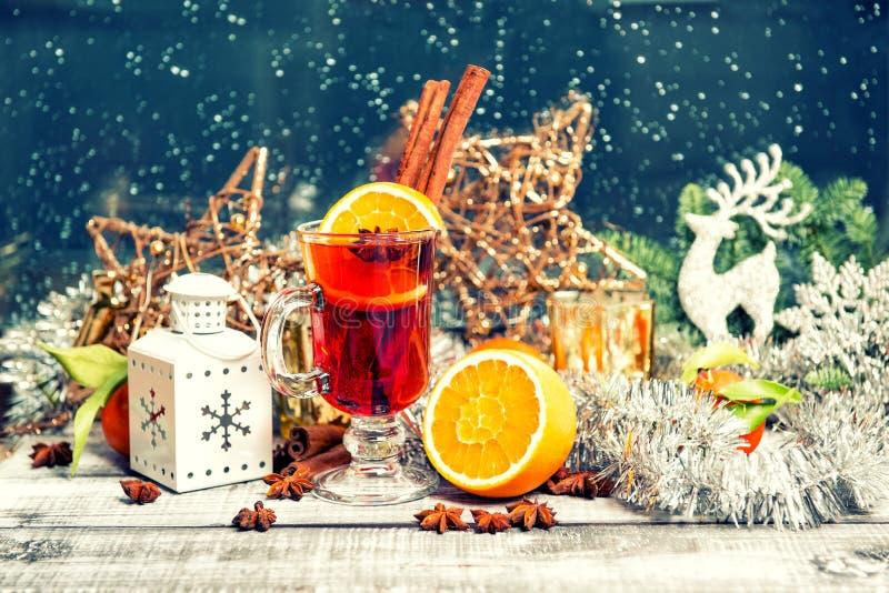 被仔细考虑的酒结果实香料圣诞节窗口装饰葡萄酒 库存图片