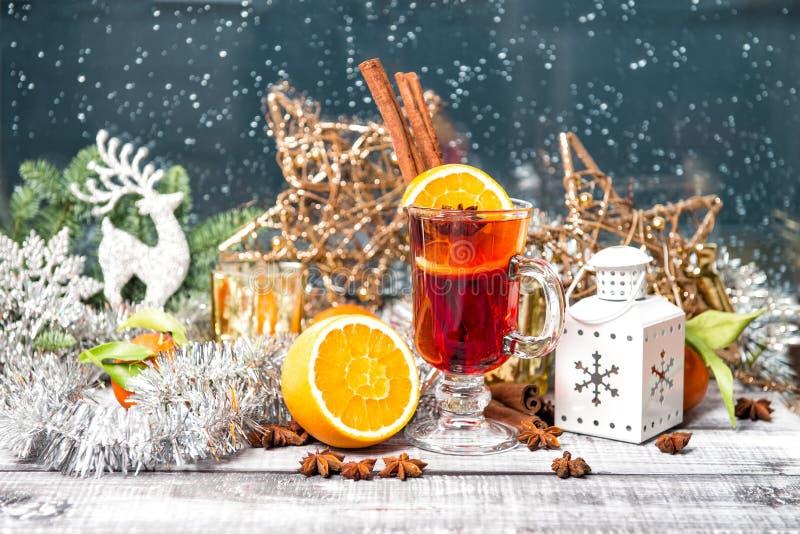 被仔细考虑的酒结果实香料圣诞节窗口装饰鸡尾酒d 免版税库存照片