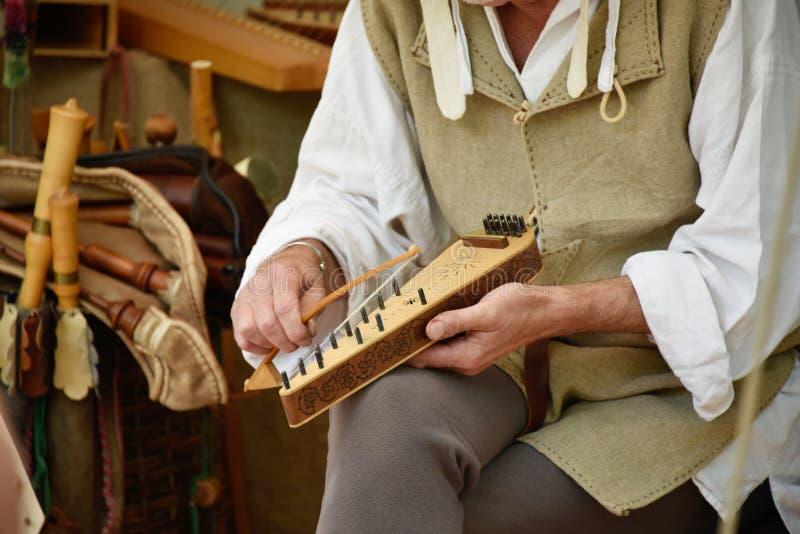 被使用的古代弦乐器 库存照片