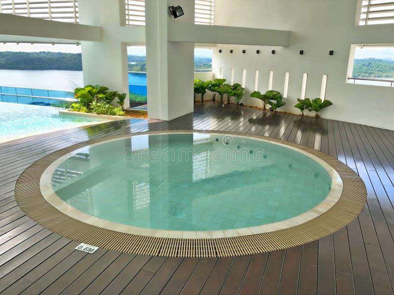 被保护的圆的极可意浴缸水池有海视图 免版税图库摄影