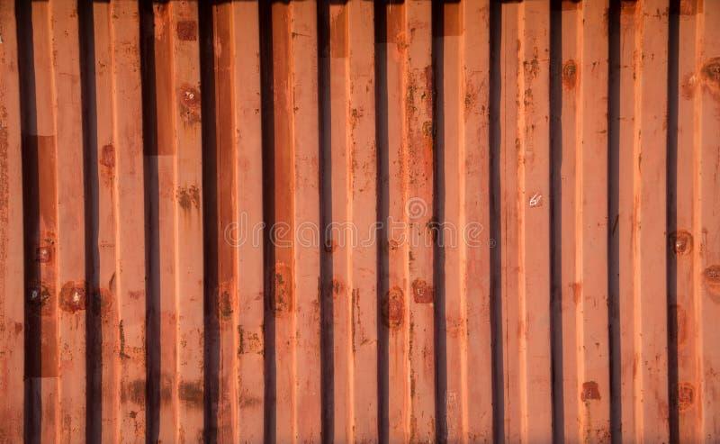 被修筑作为一个临时办公室的红色容器墙壁 免版税库存图片