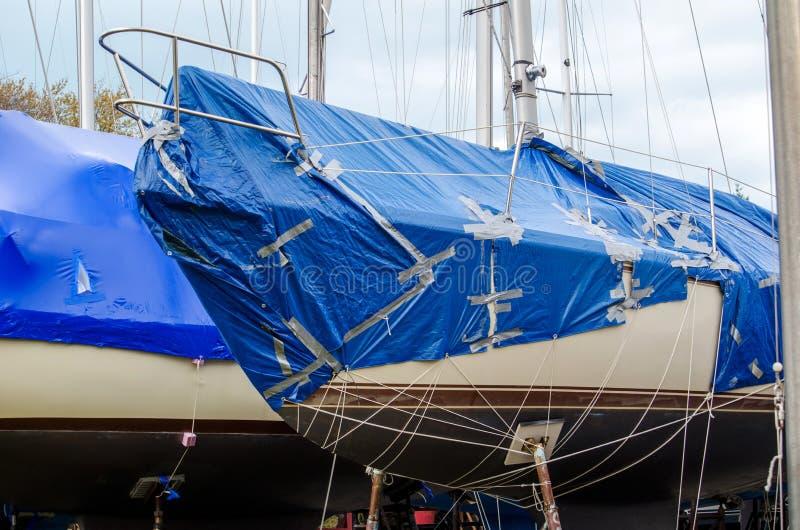 被修补的小船盖子 免版税库存照片