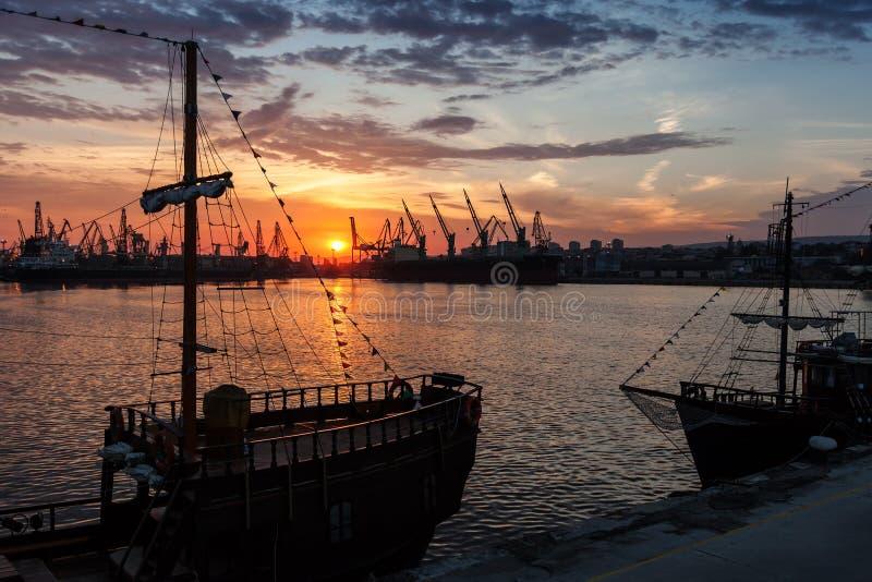 被停泊的帆船和游船立场 库存图片