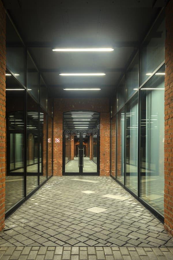 被停泊的晚上端口船视图 编译行业 在顶楼样式的办公楼 长期走廊 红砖房子 夜间 库存图片
