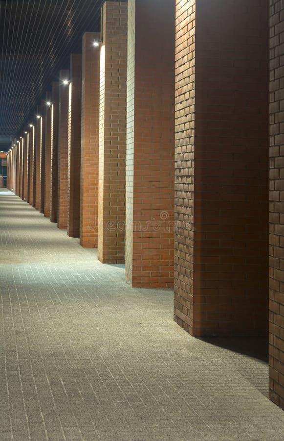 被停泊的晚上端口船视图 编译行业 在顶楼样式的办公楼 长期走廊 红砖房子 夜间 图库摄影