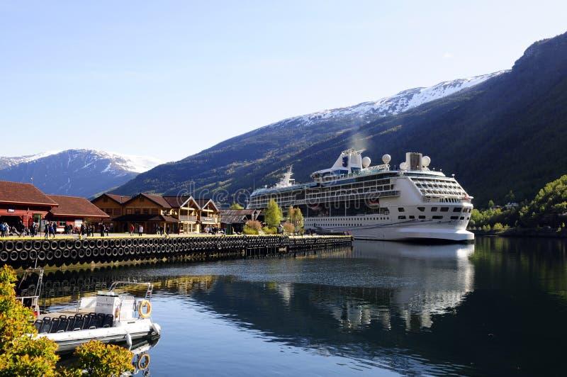 被停泊的游轮,海湾-挪威 免版税图库摄影